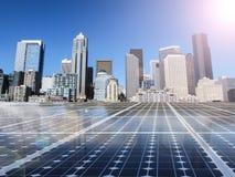 Solarzellenenergiestromnetz im Stadthintergrund Lizenzfreies Stockfoto