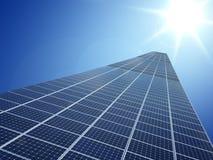 Solarzellenenergiestromnetztechnologie im Himmelhintergrund Stockfotos
