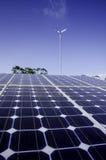 Solarzellenplatte im Solarbauernhofabschluß oben Stockfoto