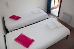 Solas camas en la habitación hermosa y acogedora Fotografía de archivo libre de regalías