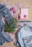 solateCollection di estate su un fondo rosa vesta, borsa di colore del metallo, pettine, maccheroni e cosmetico-rossetto e poli g Immagine Stock Libera da Diritti