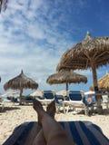 Solbad på den karibiska ön Arkivfoto
