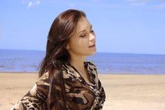 solbada barn för härlig brunett Arkivfoton