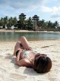 solbada för bikinilady Arkivfoton