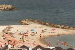 solbada för plats för strandgruppfolk avslappnande Royaltyfria Bilder