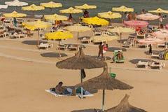 solbada för plats för strandgruppfolk avslappnande Arkivfoto