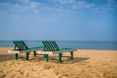 solbada för plats för strandgruppfolk avslappnande royaltyfria foton