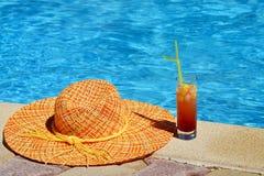 solbada för plats för strandgruppfolk avslappnande Arkivbilder