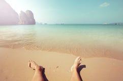 solbada för plats för strandgruppfolk avslappnande Arkivfoton
