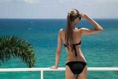 Solbada för ung kvinna. Lyxig havssikt. Arkivfoton