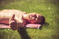Solbada för ung man Fotografering för Bildbyråer