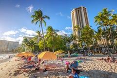 Solbada för Waikiki strand Arkivfoton