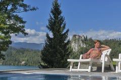 Solbada för kvinna för vit brunbränt Blödd slott i bakgrund Royaltyfri Foto