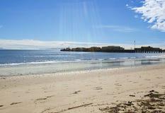 solbada för plats för strandgruppfolk avslappnande Fotografering för Bildbyråer