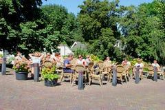 Solbada kafét terrassera folk, Naarden som Vesting, Nederländerna Fotografering för Bildbyråer