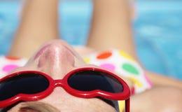 solbada kvinna Arkivfoto