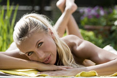 solbada kvinna Arkivbild
