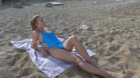 solbada kvinna för strand stock video