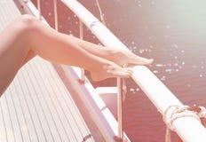 Solbada på däcket i solen Kvinnlig fot closeup Fotografering för Bildbyråer