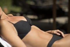 Solbada sexiga kvinnakroppsdelar som är utomhus- royaltyfri bild