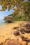 Solbada terrassen i en tropisk lagun Arkivbilder