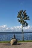 Solbadstandbeeld op het strand Stock Foto