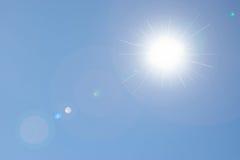 Solbakgrund för blå himmel royaltyfri fotografi