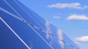 Solbatterier på en himmelbakgrund, slut upp Funktionsdugliga paneler får energin från solen lager videofilmer