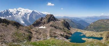 Solbelyst alpin panorama Royaltyfri Foto
