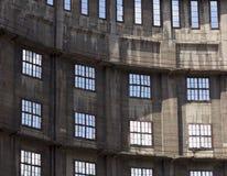 Solbelyst inre av övergiven industribyggnad Arkivbild