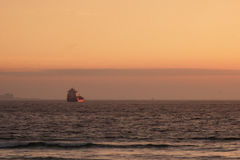 Solbelyst skepp arkivbilder