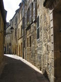 Solbelyst smal gata i Sarlat, Dordogne Arkivbilder