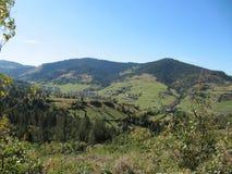 Solbelysta berg och mycket härlig natur Arkivbilder