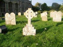 Solbelysta gravstenar i forntida kyrkogård Arkivfoton