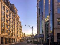 Solbelysta nya andelsfastighetbyggnader på den Yonge gatan i Toronto Arkivbild