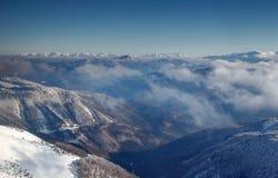 Solbelysta skogar i den Revucka dalen mellan Fatra och låga Tatras Arkivfoto