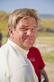 Solberg, das an seinem Rennwagen sich lehnt lizenzfreie stockfotografie