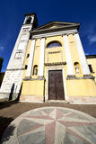 solbiate封锁了砖塔边路意大利伦巴第 库存照片