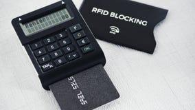 SOLBRÄND generator med meddelandet för kreditkortvisningfel, skyddsmuff för säker kreditkort i bakgrund Royaltyfri Bild