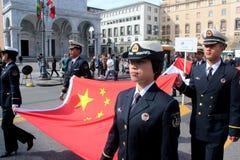 SOLBRÄNNAN ståtar av utländska marin. Kina flaggor Arkivbild