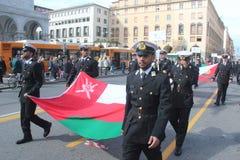SOLBRÄNNAN ståtar av utländska marin. Oman flagga Arkivbilder