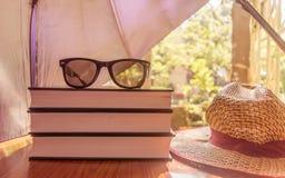 Solbrännariskbegrepp att skydda din hud från temperaturer, paraply som skyddar härlig kvinnasaker Boksolglasögon och ett sugrör arkivfoto