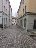 Solch eine Straße kann in jeder europäischen Stadt gefunden werden lizenzfreie stockfotos