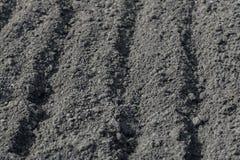 Solchi vuoti su terra nera in un campo dell'azienda agricola in molla in anticipo Preparazione di suolo per la piantatura dei sem fotografie stock libere da diritti