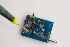 Solda de componentes eletrônicos no PWB imagem de stock