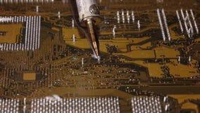 Solda a uma placa de circuito de um fim do computador acima video estoque