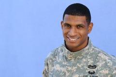 Soldado étnico saudável feliz do exército com espaço da cópia à esquerda imagem de stock royalty free