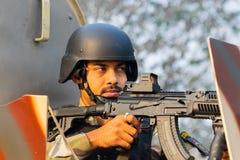 Soldado índio - um atirador afiado mascarado com uma metralhadora imagens de stock royalty free