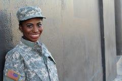Soldado afroamericano de sexo femenino Smiling del veterano Foto de archivo libre de regalías