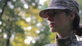 Soldado afuera en luz del día almacen de video